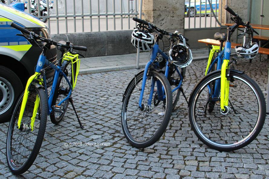 Die neuen Dienstfahrräder. In der Mitte ein Zivilstreifenfahrrad.