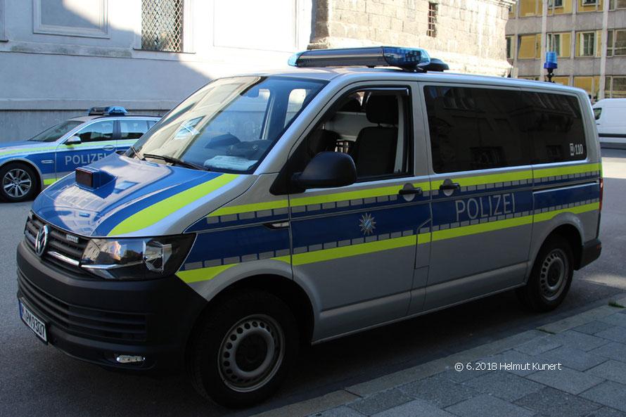 Der neueste Diensthundeführerkraftwagen mit zwei Schiebetüren.