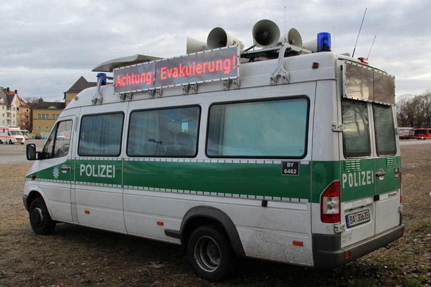 Die Bereitschaftspolizei mit entsprechendem Material. Anzeigetafeln nachgerüstet.