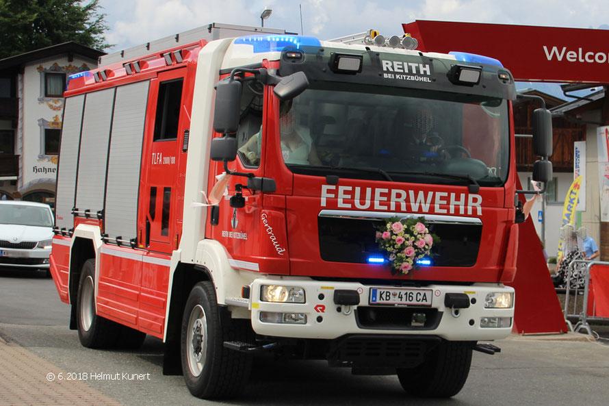 Entführung einer Braut mit Sondersignal und Feuerwehrauto auf den Festplatz.