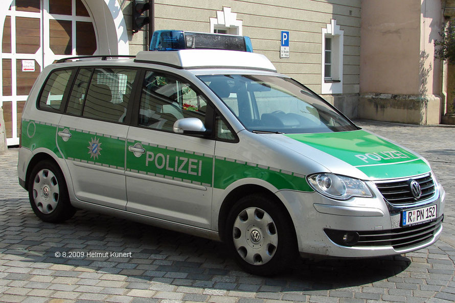 Fahrzeug hat nicht das Kfz.-Zeichen von Regensburg.  Das Fahrzeug wurde noch vor der Polizeireform, die erst das Kennzeichen Straubing (SR) brachte angeschafft und ist somit noch mit Regensburger Kennzeichen versehen.