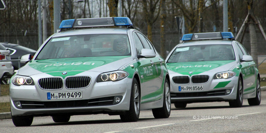 Zwei BMW mit Standartenträgern.