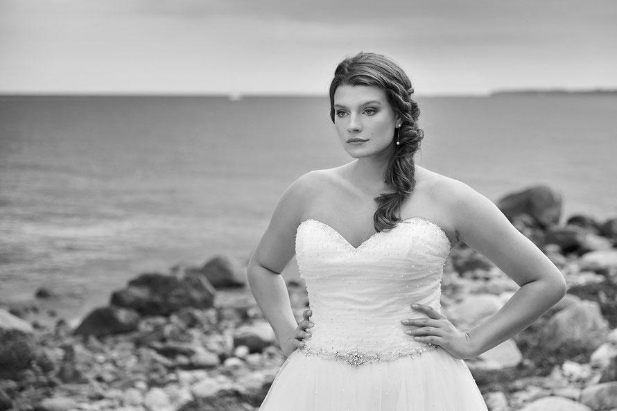 Fotografin für Brautmoden und Hochzeitsfotografin in Kassel, hier mit Curvy Model Lotti Fuchs an der Ostsee, Katharinenhof