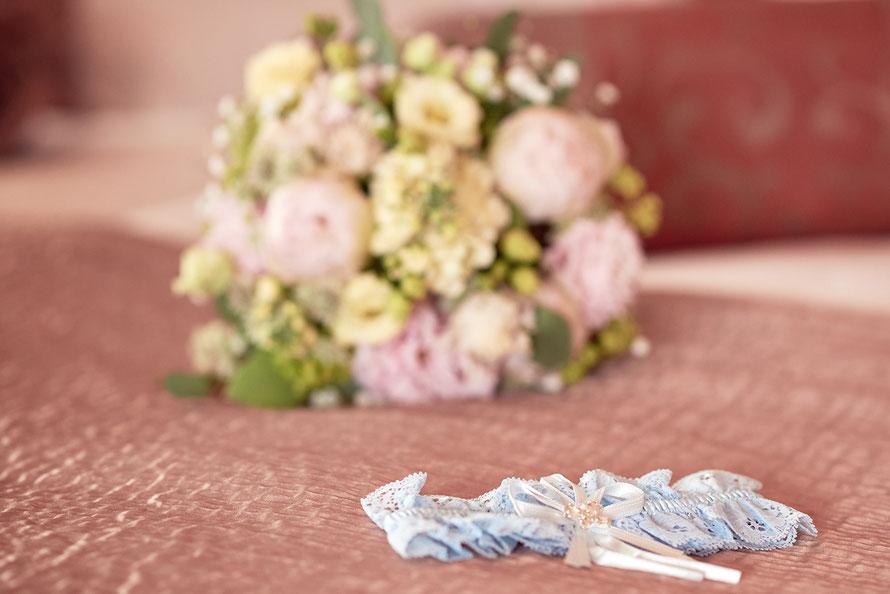 Liebevolles Detail: Brautstrauß mit Strumpfband, Hochzeitsfotos in Kassel, Göttingen, Eschwege und Umgebung