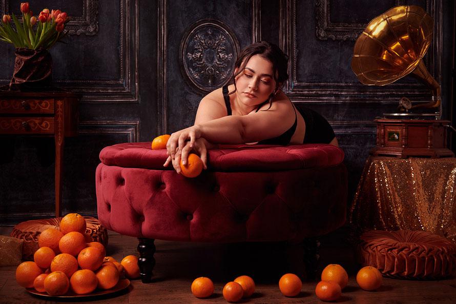 Stilvolles Dessousfotografie inspiriert von Rennaissance und Barock mit Curvy Model, Orangen und Grammophon in Fotostudio in Kassel