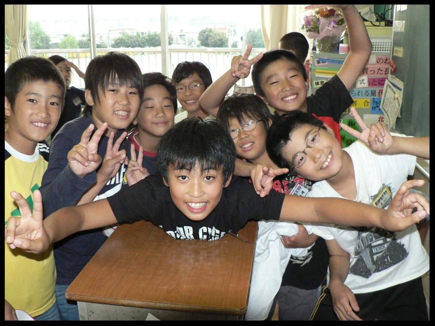 Grundschüler in Tokyo - gute Laune kurz vor dem Essen.