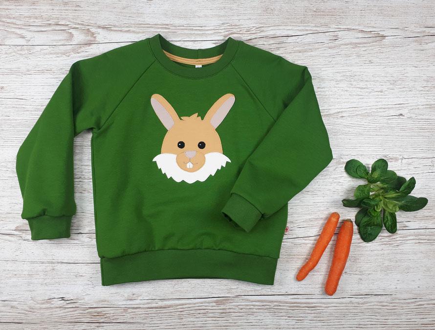 Grüner Kinderpullover mit Feldhase Applikation aus GOTS Baumwolle