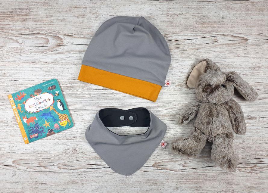 Nachhaltige, wendbare Beanie-Mütze mit passendem Halstuch für Kinder. Hellgrauer und dunkelgrauer Jersey aus GOTS Baumwolle.