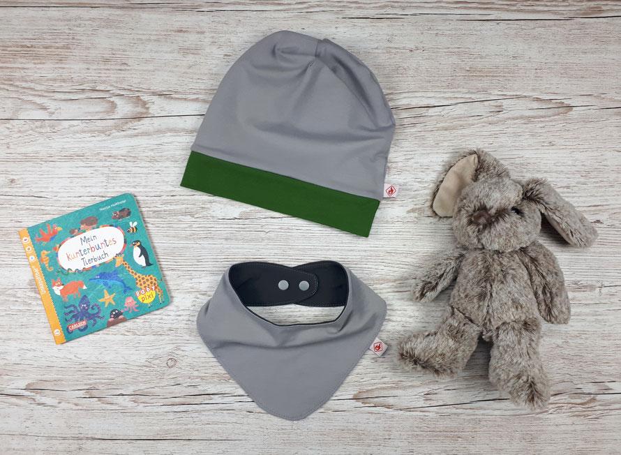 Wendbare Beanie-Mütze mit passendem Halstuch für Kinder. Hellgrauer und dunkelgrauer Jersey aus GOTS Baumwolle.