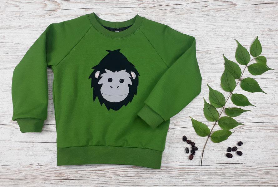 Grüner Kinderpullover mit Gorilla Applikation aus GOTS Baumwolle