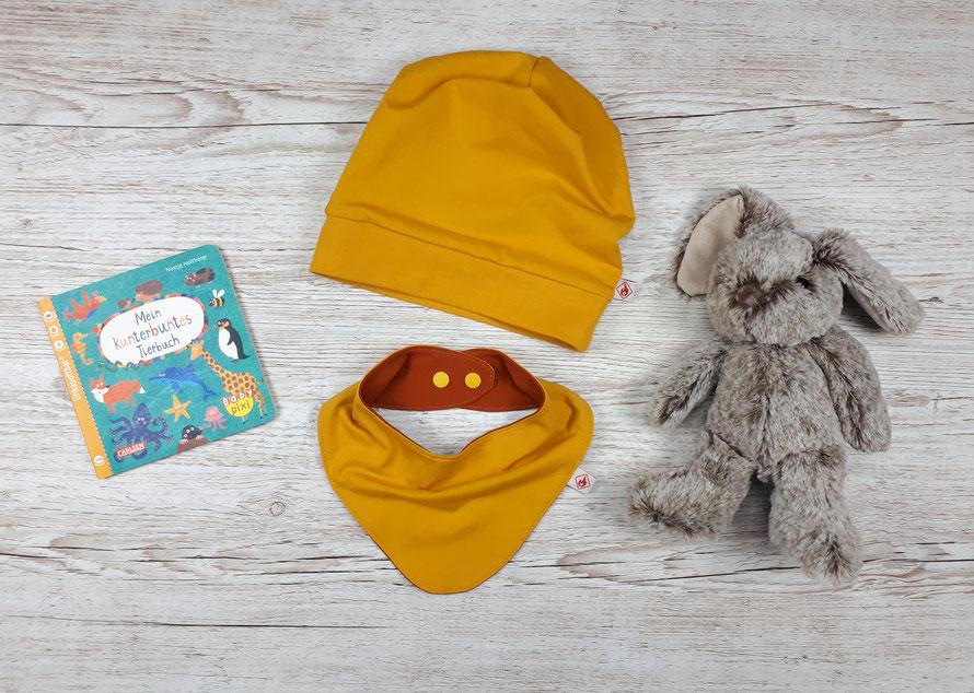 Wendbare Beanie-Mütze mit passendem Halstuch für Kinder. Senffarbener und rostfarbener Jersey aus GOTS Baumwolle.