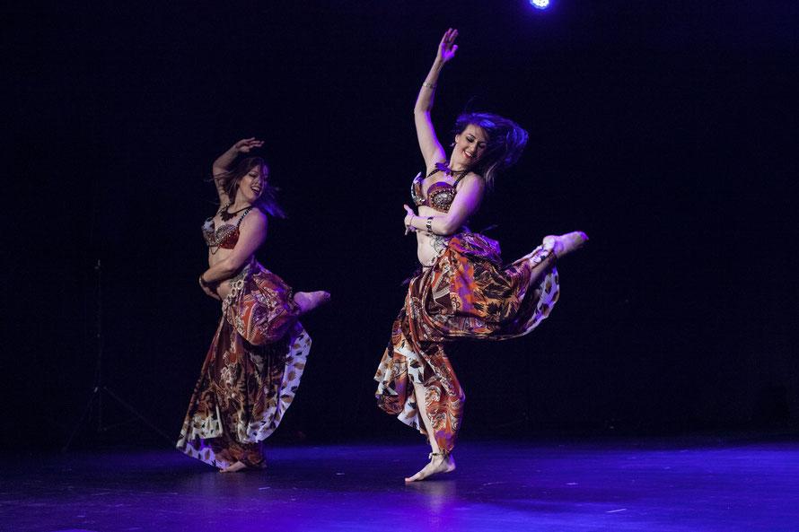 """Malaica und Ariane: Wir heizen dem Publikum vor der Bühnenshow """"Wakassa"""" von Pierrick & friends mit einem Afro-Bellydance ein. Im Konzerthaus Ravensburg. Foto: Jack Yakubu Nkinzingabo"""