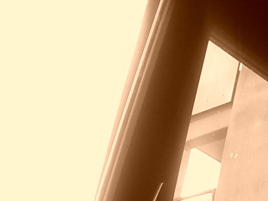 Sie schaute durchs Fenster nach oben. Und erhaschte eine Ahnung  des Himmels.