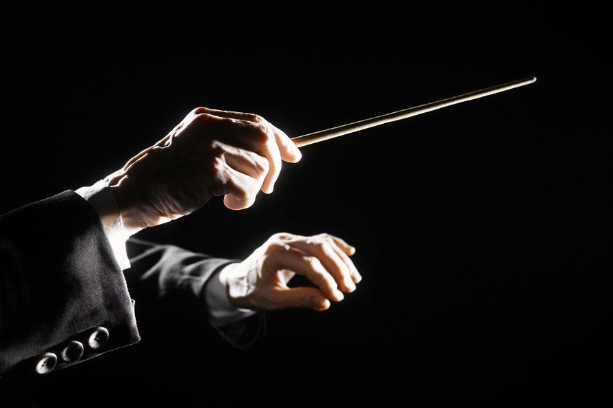 指揮者の最も大切な仕事はオーディオ的に言えば時間軸情報の管理ではないだろうか。指揮者はホールの響きや楽器ごとの発音のタイミングの違いを踏まえて指示を与え演奏者は自分の楽器に合わせて瞬時に楽音をコントロールしている。いつ音を出し、いつ音を音を終熄させるか。アーチストは研ぎ澄まされた時間を聴衆と共有している。