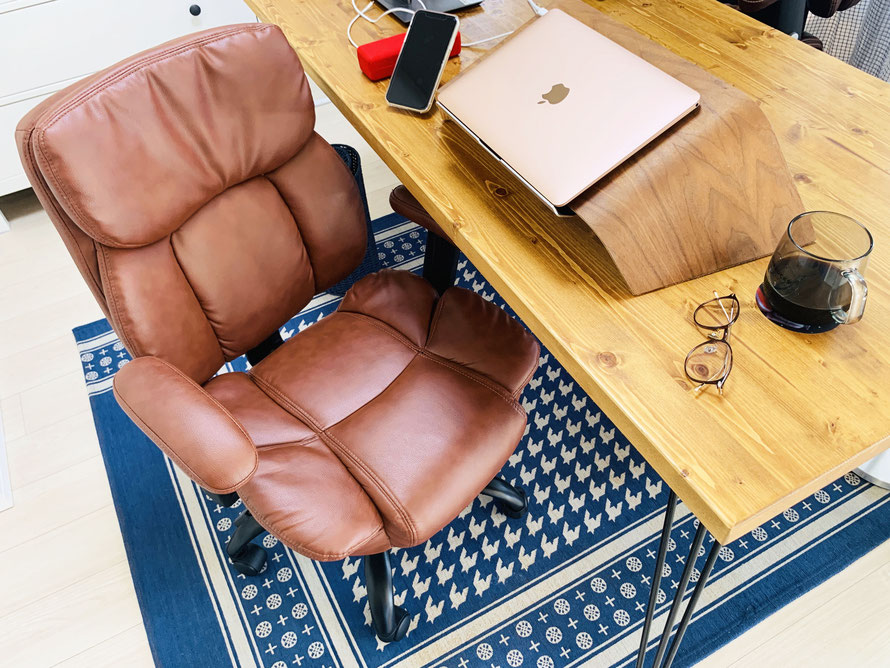 自分の好みの椅子やデスクを購入し、仕事環境を整備しました