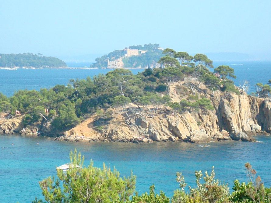 Au fond le Fort de Brégançon (résidence d'été de nos Présidents  !!)