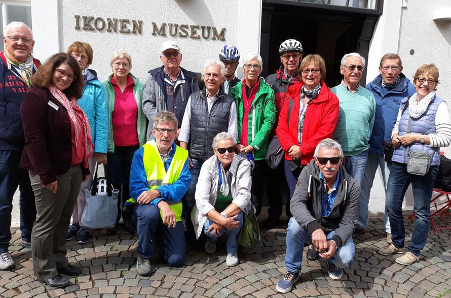 Die Besucher vor dem Ikonenmuseum mit Dr. Johanna Lohff - Foto: Sander