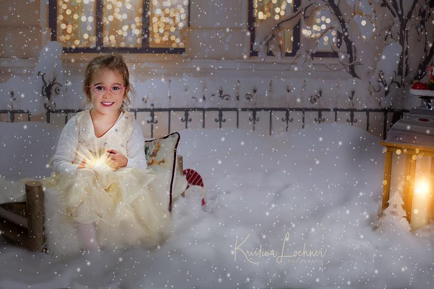 Mädchen im Schnee mit Lampe