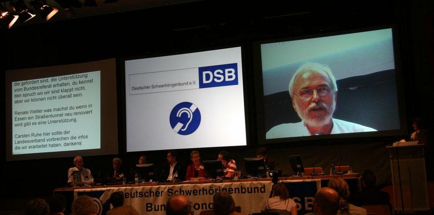 Foto vom DSB-Bundeskongress 2007 in Nürnberg mit drei Projetionsflächen: Textmitschrift, Vortragsinhalt und Großbildprojektion