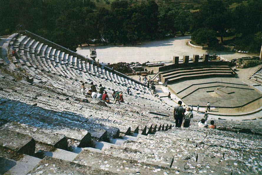 Foto vom Theater in Epidauros mit Blick zur Orchestra