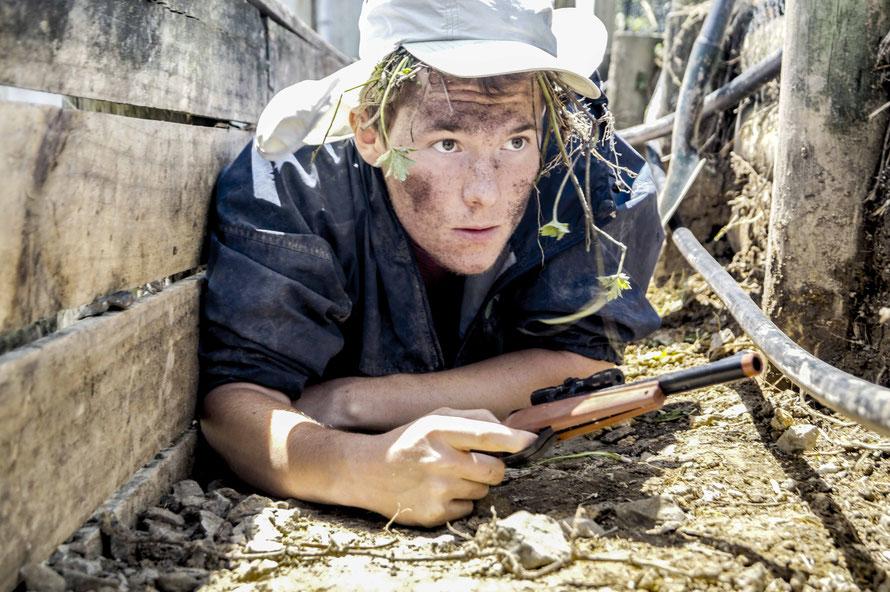 """Neulich haben wir dieses Foto in den Unterlagen des Massas gefunden. Der Titel auf der Rückseite lautet: """"Deutscher Soldat im Schützengraben vor Warkworth, um 2016. koloriert"""