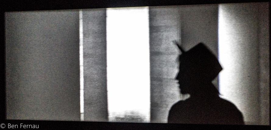 Ok das Foto ist halb ein Foto eines Kunstwerkes aber die Asiatin vor dem Projektor hat einfach einen interessanten Schatten geworfen