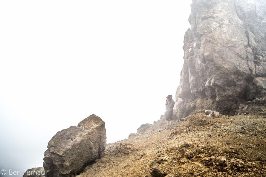 Da der Wind so kalt und stark war haben viele Unterschlupf hinter großen Steinen gesucht um sich zu erholen und etwas zu essen