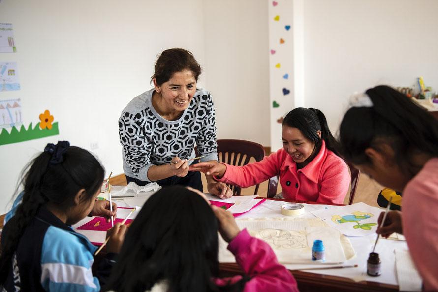 """Malkurs mit Projektleiterin Dianira Trigoso Vizconde von der Hilfsorganisation """"MICANTO"""" in Peru.  Foto: © Florian Kopp / Kindermissionswerk"""