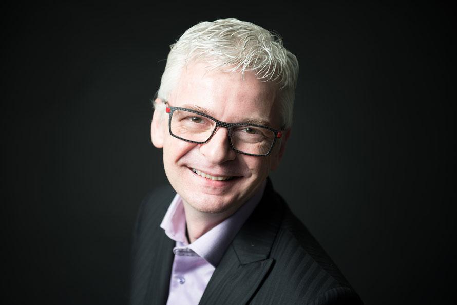 Der Schweizer Stefan Häseli ist Kommunikationsexperte, Keynote-Speaker, Moderator und Autor mehrerer Bücher.
