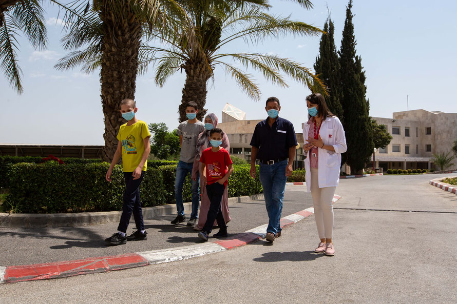 Familie Dar Mohamed mit der Sozialarbeiterin Rabab Kawwas auf dem Weg ins Caritas Baby Hospital. Foto: Andrea Krogmann