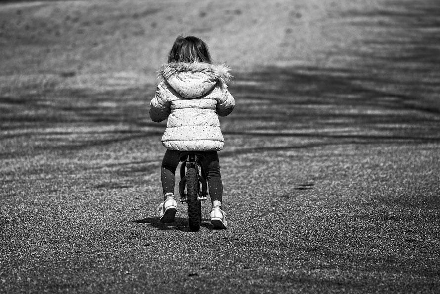 Schwarzweissfoto von kleinem Mädchen auf Fahrrad, Blog Artikel von Lichtpunkt Leben über Glaubenssätze