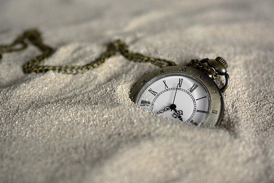 Uhr im Sand, ZEIT, Blog LICHTPUNKT LEBEN, WOHIN FLIESST DEINE ENERGIE, WAS BIST DU DIR SELBST WERT