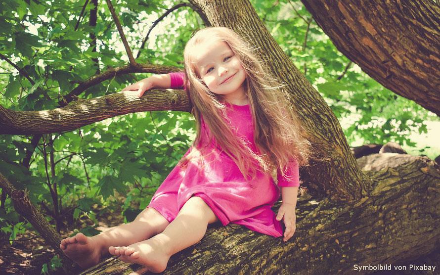 Begegnung Inneres Kind, Mädchen auf Baum