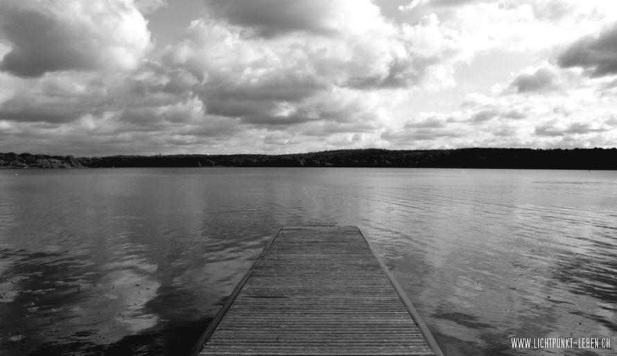 Steg am See unter wolkenverhangenem Himmel, Bild in Schwarzweiss zu Blog-Artikel über Selbstwert von LICHTPUNKT LEBEN