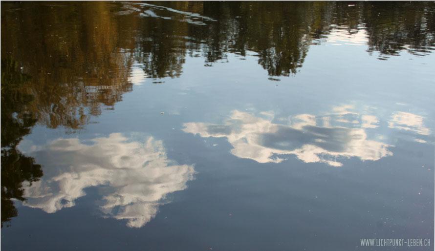 Foto, Wolkenspiegelung in See, Bild zu Blog-Artikel Resonanz - wie man in den Wald hinein ruft von Lichtpunkt Leben,