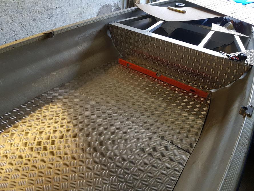 In der Garage mit nur einer Stichsäge, war es nicht so einfach den Aluminiumboden anzupassen! Falls nicht viel Gewicht auf das Boot kommt, reicht auch eine 4/5,5mm Aluplatte aus. Die Form wurde mit einer Pappschablone gemacht.