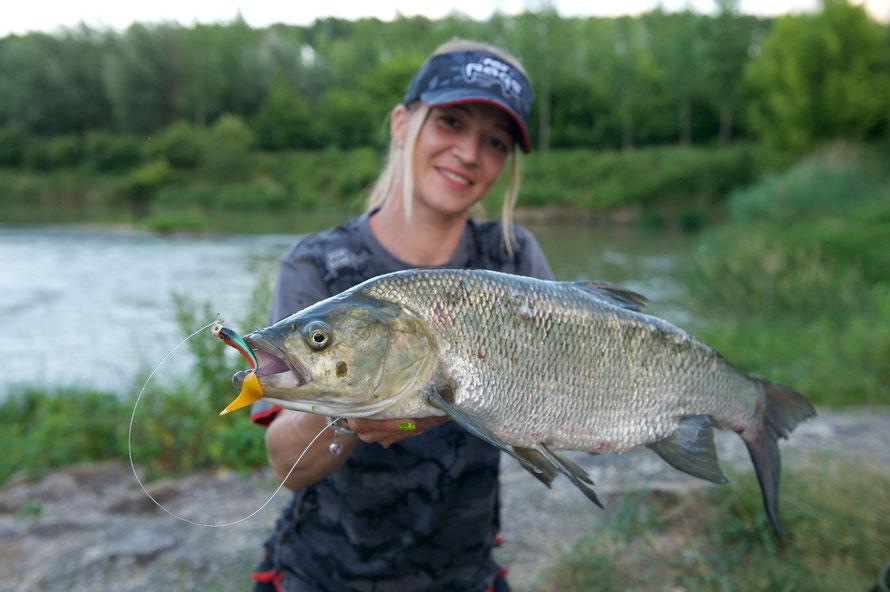 Sabrina liebt das Raubfisch Angeln. Einer ihrer Lieblingsfische ist der Rapfen
