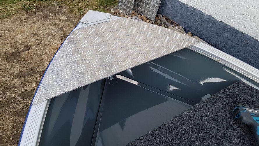 Aluminium-Platte zur Aufnahme der Ankerführung/Ankerrolle am Linder Fishing fixiert mit 8 Nieten. Diese Platte ist ein Reststück vom Boden und könnte je nach Bedarf noch verbreitert werden mit einen weiteren Aluminiumstreifen.