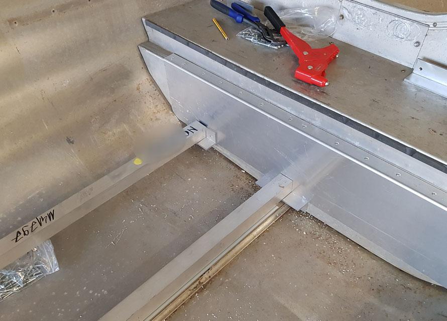 Für den Hauptboden werden 3 Vierkantrohre, die von Aluwinkeln gehalten werden genutzt. Nur der mittlere Steg wird am Bootsboden mit Aluminiumprofil Stücken abgestützt abgestützt