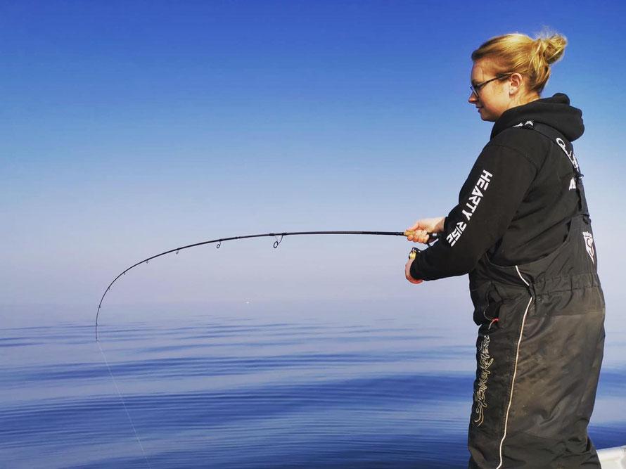 Ob vom Boot oder vom Ufer aus, Julia Patzak ist immer mit viel Leidenschaft für den Angelsport dabei