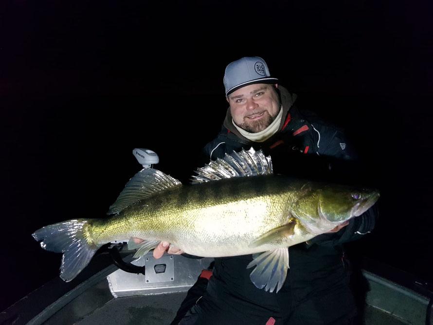 Bei klaren Wasser gehen die Zander fast nur Nachts auf die Jagd. Jetzt heißt es Ausdauer und Geduld bewahren bis zur Beisszeit. Tight Lines