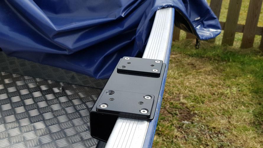 Die ToBa Rutenhalter Platten werden auf 3mm Aluwinkeln (schwarz Pulverbeschichtet) montiert.  Dafür verwenden wir M5 Edelstahlschrauben und selbstsichernde Muttern. Für die Form des Aluwinkels macht ihr euch am besten vorher eine Schablone.