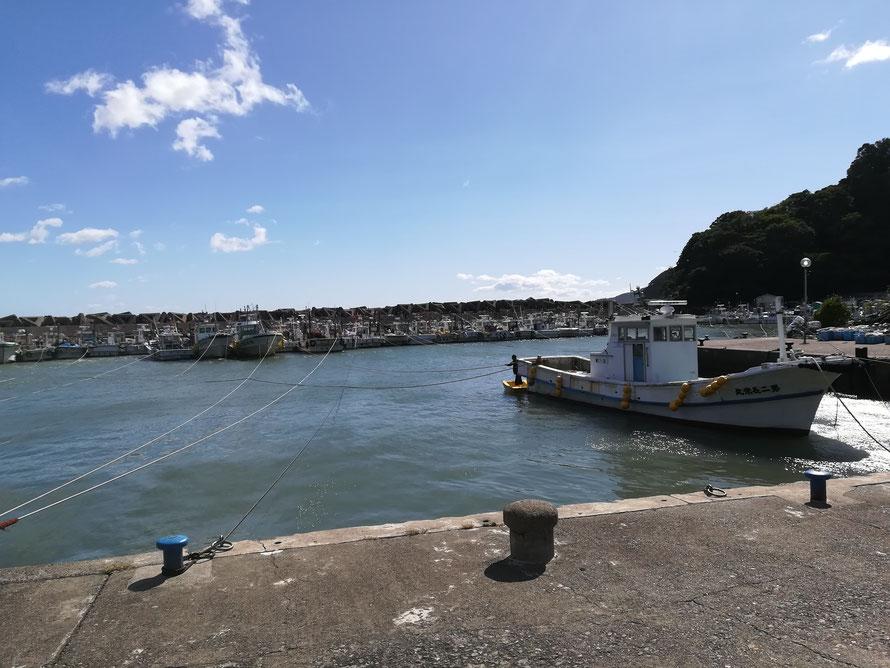 台風時恒例、繋がれた船。今日は昼になっても繋がれたまま。