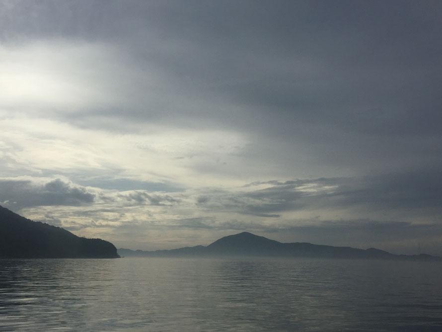 霧で水平線がぼやけた海上。空もなんだか神秘的な色をしていて感激するほど美しかった。