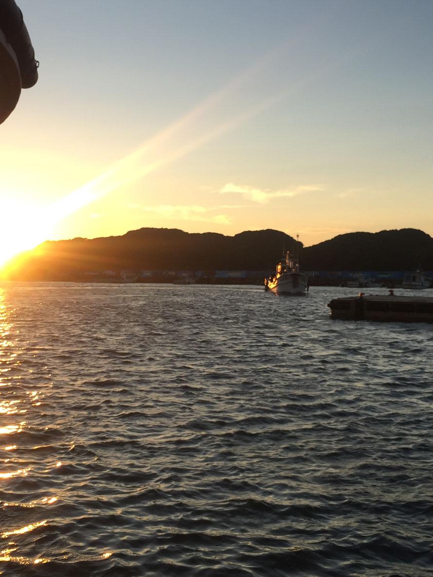 港内をまわる漁船