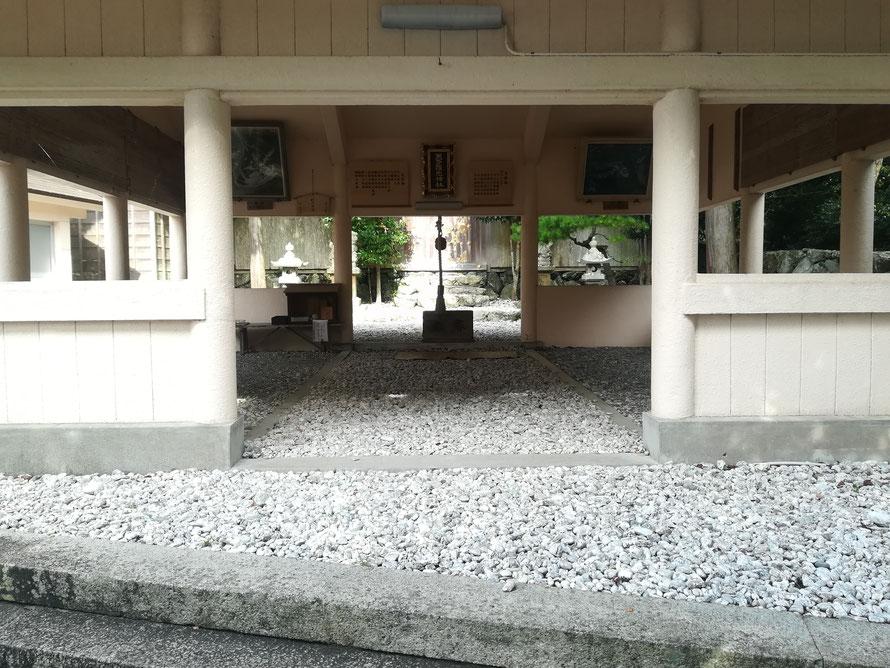 美多羅志神社の白い石。子どもの健やかな成長を願うお母さんたちの思いがこもっているため、島の人たちは履物を脱いで中に入ります。