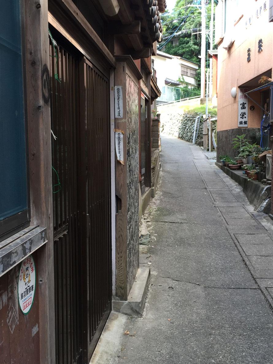 玄関や窓の外側にお札を貼る家もあります。