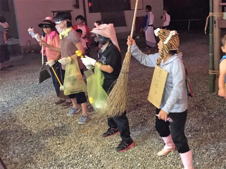 答志島の輝く女性たち(盆踊りで仮装をして踊ると景品がもらえます、ボランティア清掃する何かに扮しているらしい)