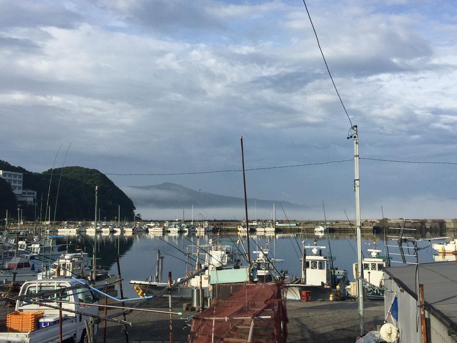霧の立ち込めた海。手前の船はくっきり見えるのに、対岸の鳥羽がほとんど見えません。