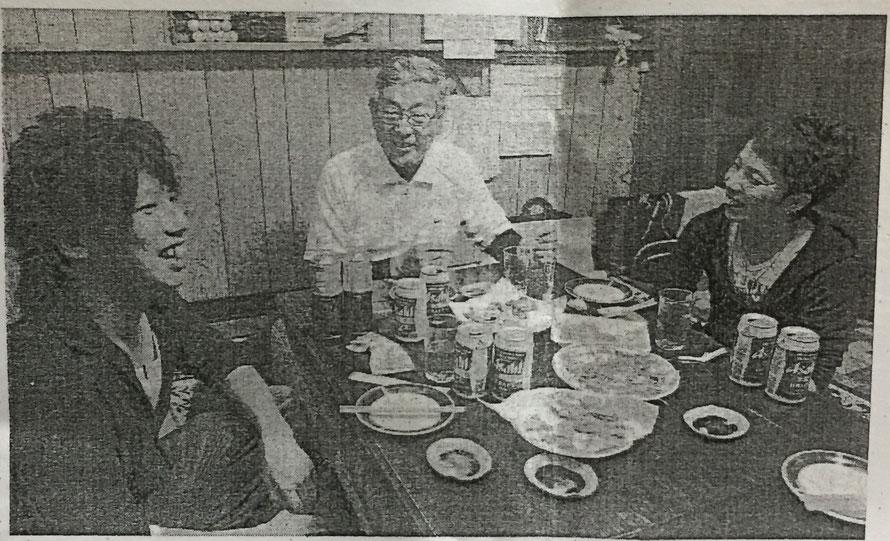 新聞記事の写真のコピー。答志の町内会長さんと、その寝屋子の男性2名。